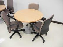 Panoramica della sala riunioni vuota con la tavola rotonda e comodo fotografia stock