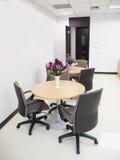 Panoramica della sala riunioni vuota con la tavola rotonda e comodo immagine stock libera da diritti