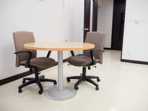 Panoramica della sala riunioni vuota con la tavola rotonda e comodo Immagini Stock Libere da Diritti