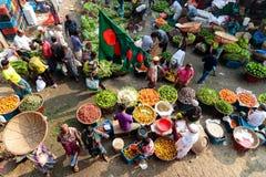 Panoramica della scena della via ad un mercato di verdure locale in Dacca, Bangladesh che mostra frutti del colorfull e le spezie immagini stock