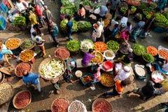 Panoramica della scena della via ad un mercato di verdure locale in Dacca, Bangladesh che mostra frutti del colorfull e le spezie immagini stock libere da diritti