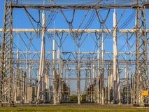 Panoramica della sottostazione elettrica ad alta tensione Immagini Stock Libere da Diritti