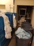 Panoramica della stanza di lavanderia dell'hotel fotografia stock libera da diritti