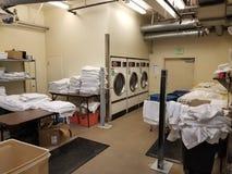 Panoramica della stanza di lavanderia dell'hotel fotografia stock