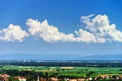 panoramica della Uccello-mosca al piccolo villaggio nell'Alsazia Immagine Stock