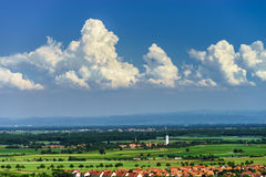 panoramica della Uccello-mosca al piccolo villaggio nell'Alsazia Fotografia Stock Libera da Diritti
