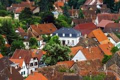 panoramica della Uccello-mosca al piccolo villaggio nell'Alsazia Immagine Stock Libera da Diritti