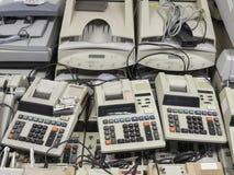 Panoramica di alta risoluzione di vecchie macchine disposte del cassiere e della p fotografia stock