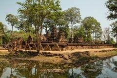Panoramica di Banteay Srei con acqua Fotografie Stock