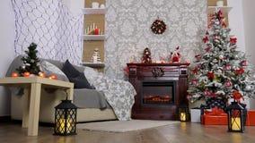 Panoramica di bella stanza con l'albero decorato archivi video
