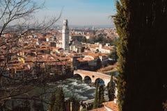 Panoramica di italiano Verona con Ponte Pietra e la cattedrale Fotografie Stock Libere da Diritti