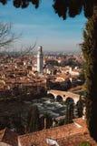 Panoramica di italiano Verona con Ponte Pietra e la cattedrale Immagine Stock Libera da Diritti