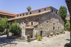 Panoramica di prospettiva della costruzione cristiana della muratura della chiesa in Lemonas a Lesvos immagine stock libera da diritti
