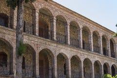 Panoramica di prospettiva della costruzione cristiana della muratura dell'abbazia in Lemonas a Lesvos fotografie stock
