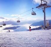 Panoramica di sci della neve di pista della pista delle montagne di inverno Immagini Stock