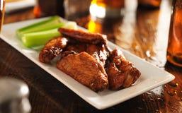 Panoramica di un vassoio delle ali di pollo del bbq Fotografia Stock