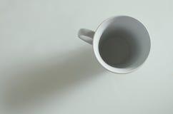 Panoramica di una tazza bianca vuota Immagini Stock