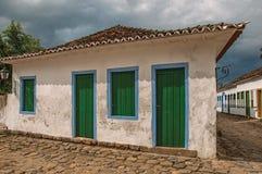 Panoramica di vecchi casa e vicolo con ciottolo il giorno nuvoloso in Paraty Immagini Stock Libere da Diritti