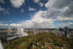 Panoramica grandangolare a 100 metri di altezza sopra l'orizzonte di Rotterdam con cielo blu e le nuvole di pioggia bianche Immagini Stock Libere da Diritti