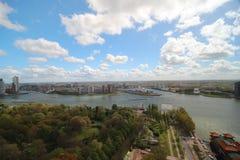 Panoramica grandangolare a 100 metri di altezza sopra l'orizzonte di Rotterdam con cielo blu e le nuvole di pioggia bianche Fotografia Stock Libera da Diritti