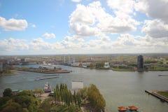 Panoramica grandangolare a 100 metri di altezza sopra l'orizzonte di Rotterdam con cielo blu e le nuvole di pioggia bianche Fotografia Stock