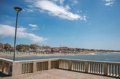 Panoramica nella priorità alta del pilastro di marmo, con la spiaggia e la città di Ostia Immagini Stock Libere da Diritti