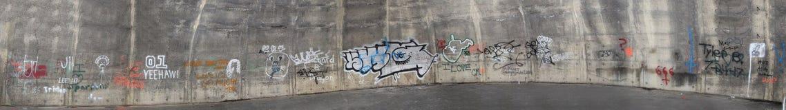 Panoramico dei graffiti sul muro di cemento Fotografie Stock