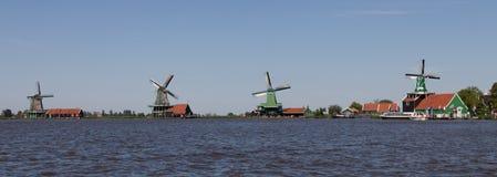 Panoramico dei mulini a vento olandesi tradizionali Fotografie Stock