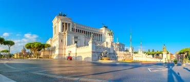 Panoramico del monumento di Victor Emmanuel II a Venezia Squara ad alba immagini stock