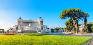 Panoramico del monumento di Victor Emmanuel II a Venezia Squara ad alba fotografia stock libera da diritti