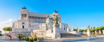 Panoramico del monumento di Victor Emmanuel II a Venezia Squara ad alba immagine stock