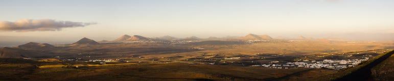 Panoramico dell'isola di Lanzarote dal vulcano di Teguise durante l'alba immagini stock libere da diritti