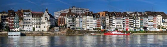 Panoramico delle case di lungomare, Basilea, Svizzera Fotografie Stock Libere da Diritti