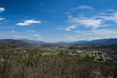 Panoramico di nuovo castello dal Rt 42 trascuri Fotografia Stock