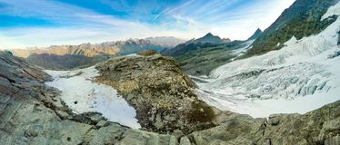 Panoramico sul ghiacciaio dall'alpinista sulla spedizione a Gran Paradiso Fotografie Stock Libere da Diritti