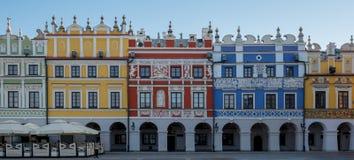 Panoramiczna fotografia multicoloured renaissance budynki w historycznym Wielkim Targowym kwadracie w Zamojskim w południowo-wsch zdjęcia royalty free