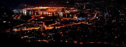 Panoramiczna miastowa wrotna linia horyzontu przy nocą Zdjęcia Royalty Free