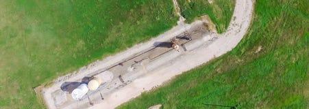 Panoramiczna przemysłowa tła działania pompy dźwigarka pompuje ropę naftową zdjęcie stock