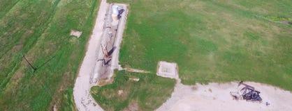 Panoramiczna przemysłowa tła działania pompy dźwigarka pompuje ropę naftową obrazy royalty free