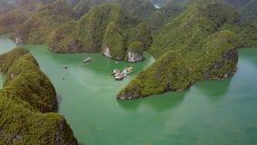 Panoramicznego widoku łodzie Cumować molo w brzęczenie zatoce Długo przeciw skałom zbiory