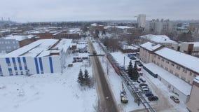 Panoramicznego widoku fabryka lokalizował blisko drogi przeciw miasto budynkom zdjęcie wideo