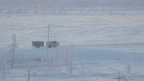 Panoramicznego widoku furgonetka z przyczep przejażdżkami na Śnieżnej drodze zbiory wideo