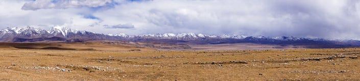 Panoramicznego widoku góry typowy krajobraz - Tybet Zdjęcie Stock