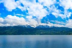 Panoramicznego widoku jezioro i g?ry fotografia royalty free