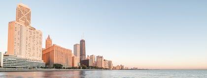 Panoramicznego widoku odbicie Chicagowski drapacz chmur na Michigan jeziorze obrazy stock