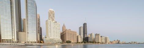 Panoramicznego widoku odbicie Chicagowski drapacz chmur na Michigan jeziorze zdjęcie royalty free