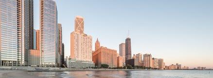Panoramicznego widoku odbicie Chicagowski drapacz chmur na Michigan jeziorze fotografia royalty free