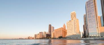 Panoramicznego widoku odbicie Chicagowski drapacz chmur na Michigan jeziorze obrazy royalty free