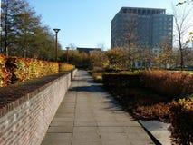Panoramicznego widoku ogrodowy i nowożytny budynek obraz royalty free