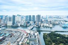 Panoramicznej nowożytnej miasto linii horyzontu oka ptasi widok z lotu ptaka Odaiba most pod dramatycznym błękitnym chmurnym nieb Obrazy Stock